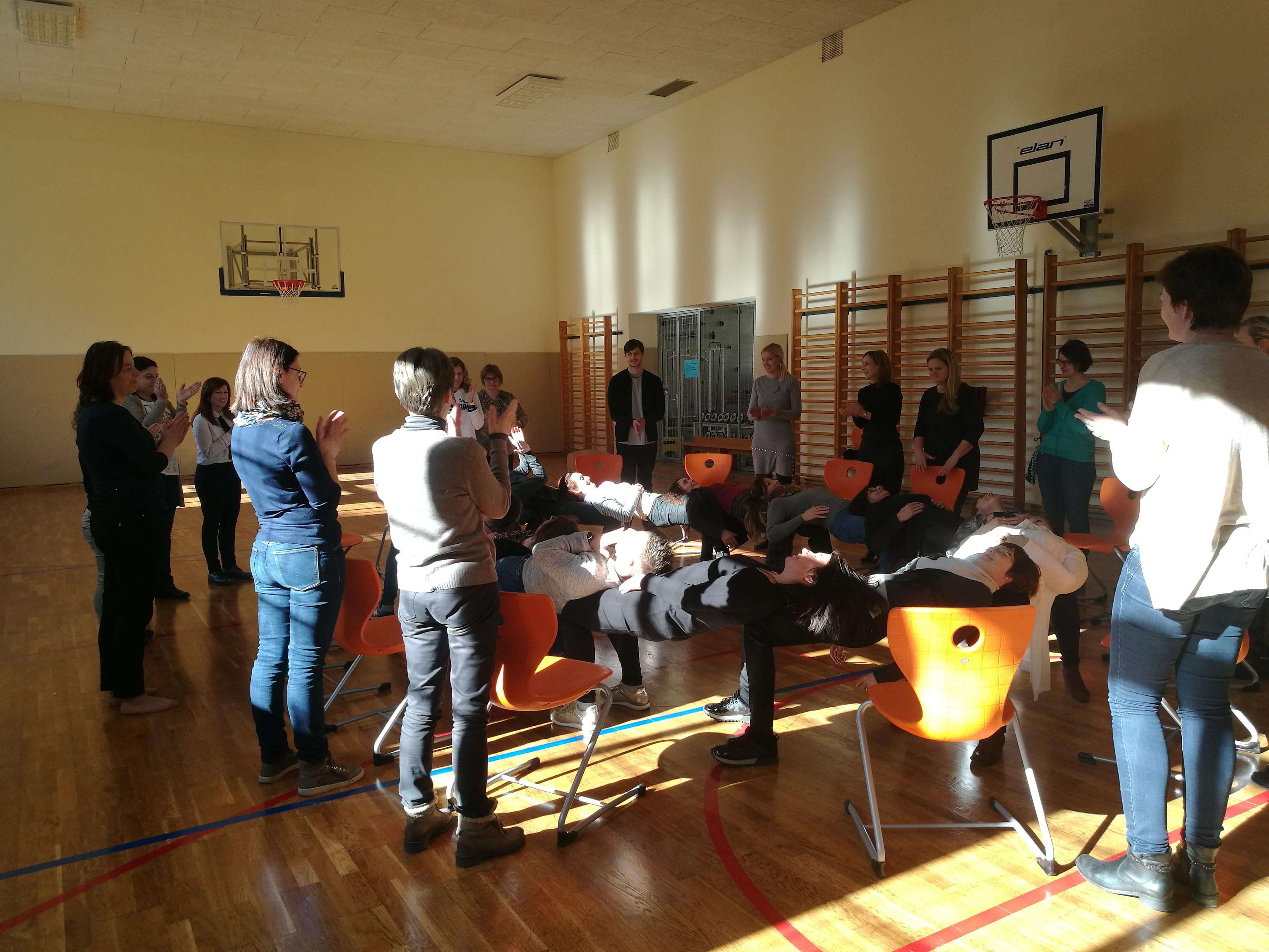 Aktivni odmor z uporabo stolov – vaje pripravila Špela Sešlar iz Gimnazije Celje – Center.