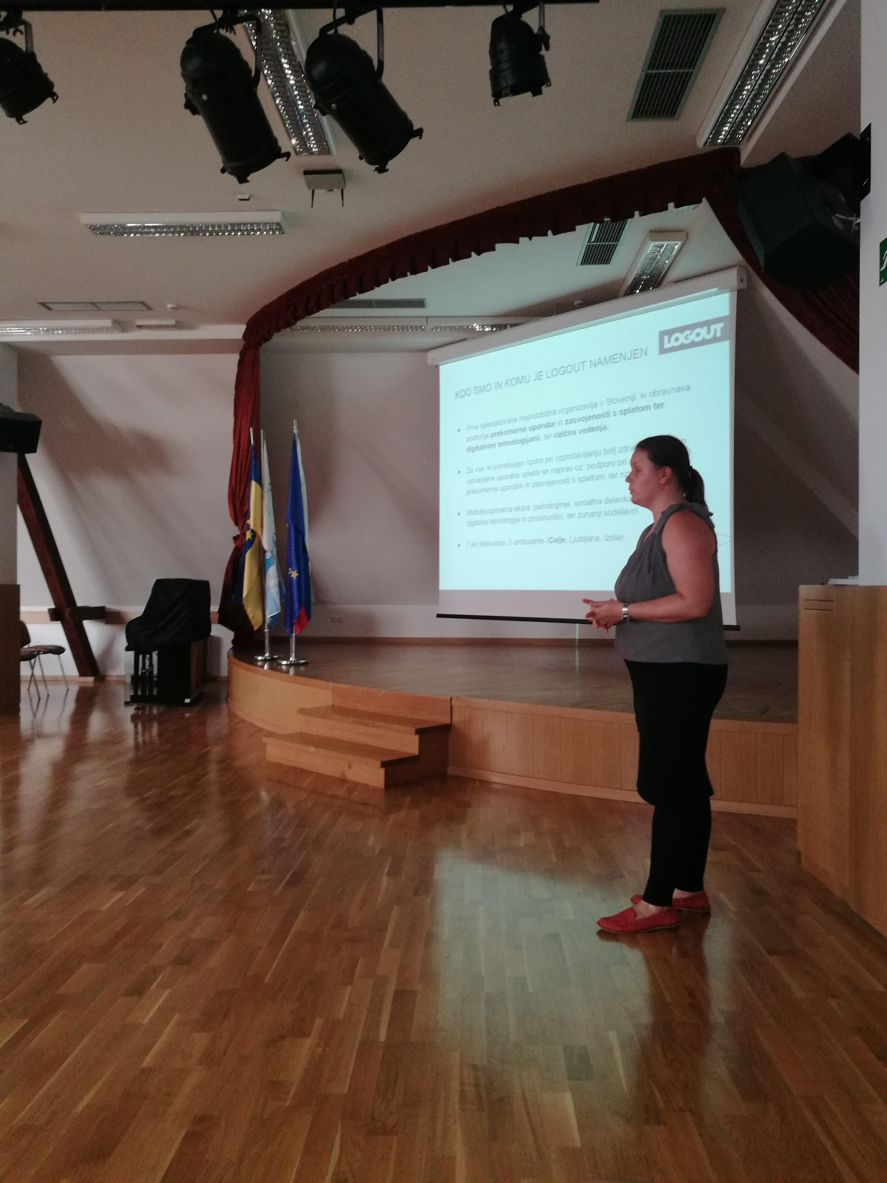 Psihologinja Franja Gros je predstavila ambulanto Logout v Celju, ki je začela delovati aprila letos (Center pomoči pri prekomerni rabi spleta in digitalnih tehnologij).