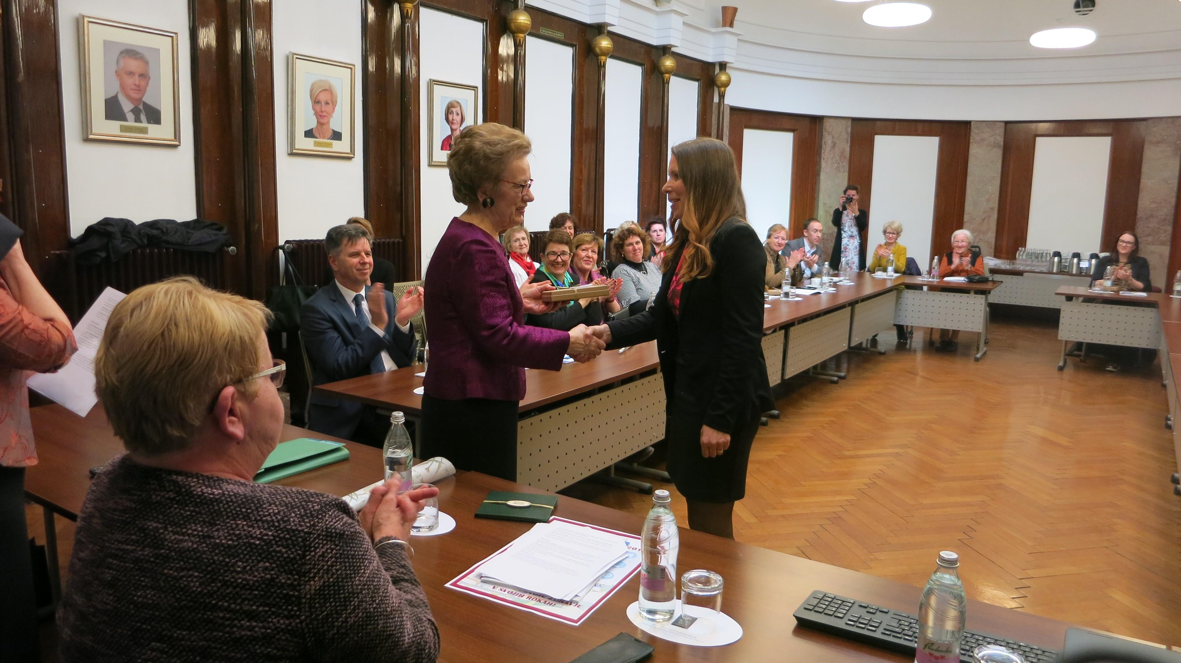 Prim. mag. Branislava Belović pri predaji zlatega priznanja Tatjani Škornik Tovornik, ki ima v Društvu za boj proti raku regije Celje že 19 let nepogrešljivo vlogo.